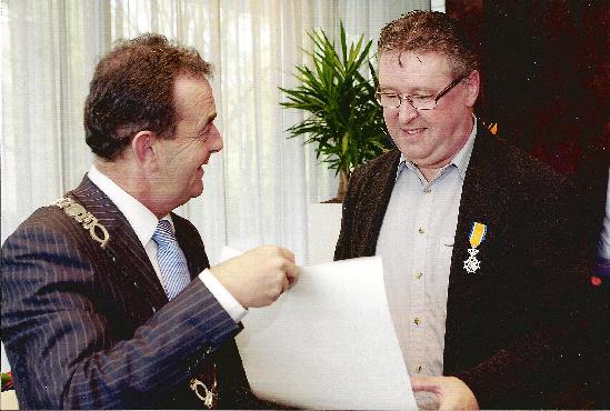 Burgemeester Kleijngeld reikt de onderscheiding uit aan Wil